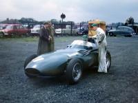 Vanwall VW5 před startem GP Velké Británie 1957 v Aintree. Závod startoval Tony Brooks a potom ho střídal Stirling Moss. Bylo z toho první vítězství vozu britské konstrukce ve F1.