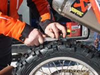 Úprava vzorku pneumatik je v motoskijöringu běžnou praxí.