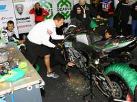 Horké chvilky při opravě motorky Ondry Ježka před restartem závodu na mokru