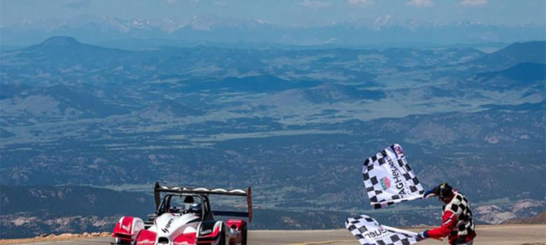 Romain Dumas (FRA) jako vítěz v cíli Pikes Peak International Hill Climb 2016 (foto James Holland)