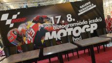Připraven pódium autogramiády čeká na závodníky