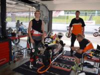Karel Hanika chce zúročit divokou kartu, kterou získal pro GP České republiky 2016 v šampionátu silničních motocyklů, proto na atodromu Mostě pilně testoval svůj motocykl.