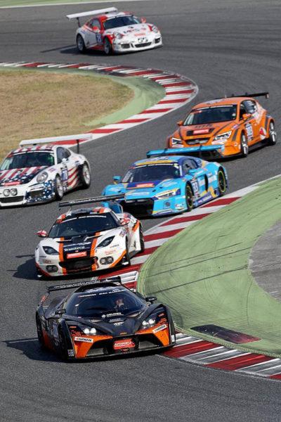Tým RTR Projects – Miniberger, Kwolek, Skalický, Pavlovec a Janiš – s vozem KTM X-BOW GT4 bojují na trati.