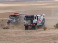 #503 Loprais Aleš (CZE/Tatra Buggyra Racing) bojuje s #538 Llovera (AND/Tatra), foto Buggyra Media.