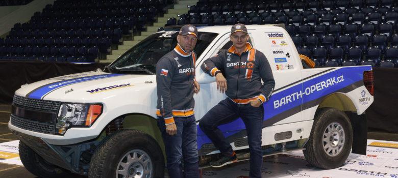 Boris Vaculík a Martin Plechatý u svého dakarského speciálu Ford F150 EVO