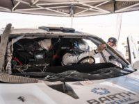 Boris Vaculík s rozbitým čelním sklem svého speciálu Ford F150 EVO