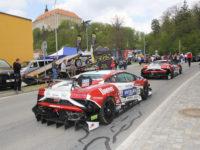 Startovní seřadiště závodních vozů pod zámkem v Náměšti (foto: Jiří Navrkal)