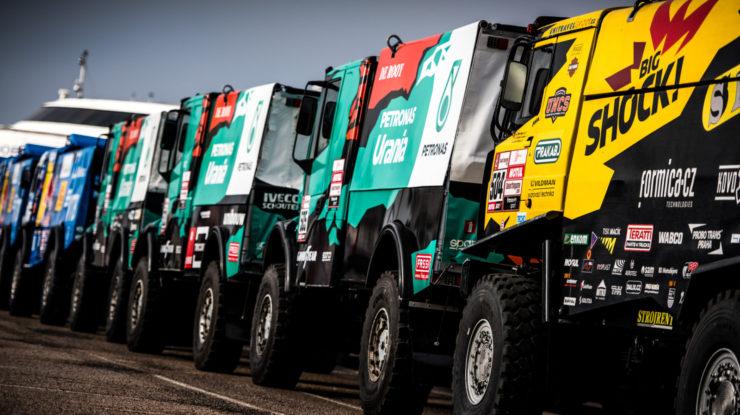 Tým Big Shock Racing francouzském přístavu Le Havre nalodil sví dakarské speciály