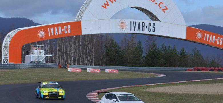 Závodní vozy si vyzkoušely nový asfalt na mosteckém okruhu