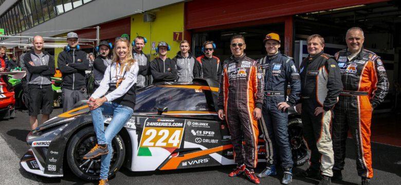 Vítězný tým RTR Projects, Sergej Pavlovec, Tomáš Miniberger, Karel Bednář a Erik Janiš s vozem KTM X-BOW GT4 po vítězství v závodě 12H Mugello