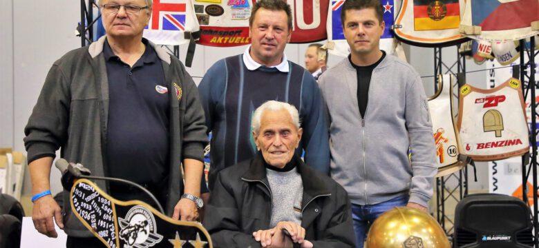 Oldřich Klaudinger (uprostřed) společně sdalšími vítězi Zlaté přilby Milanem Špinkou, Jiřím Štanclem a Tomášem Topinkou (foto Štěpán Šipla)